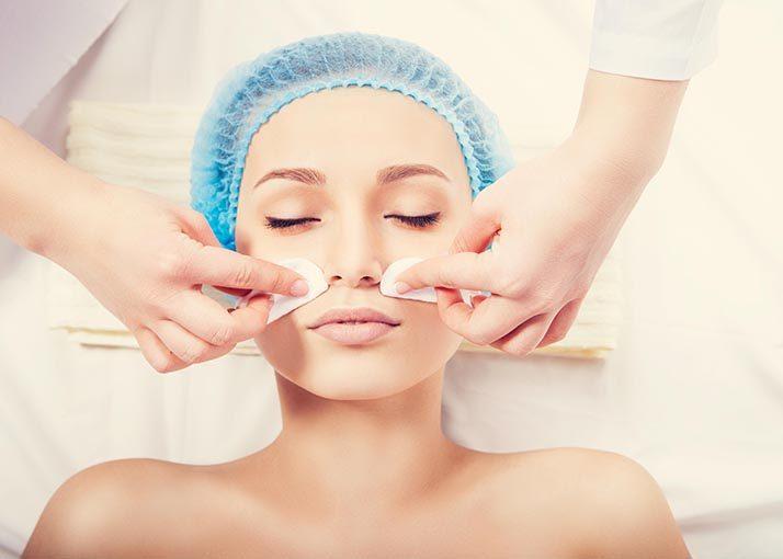 Tratamento facial com extração